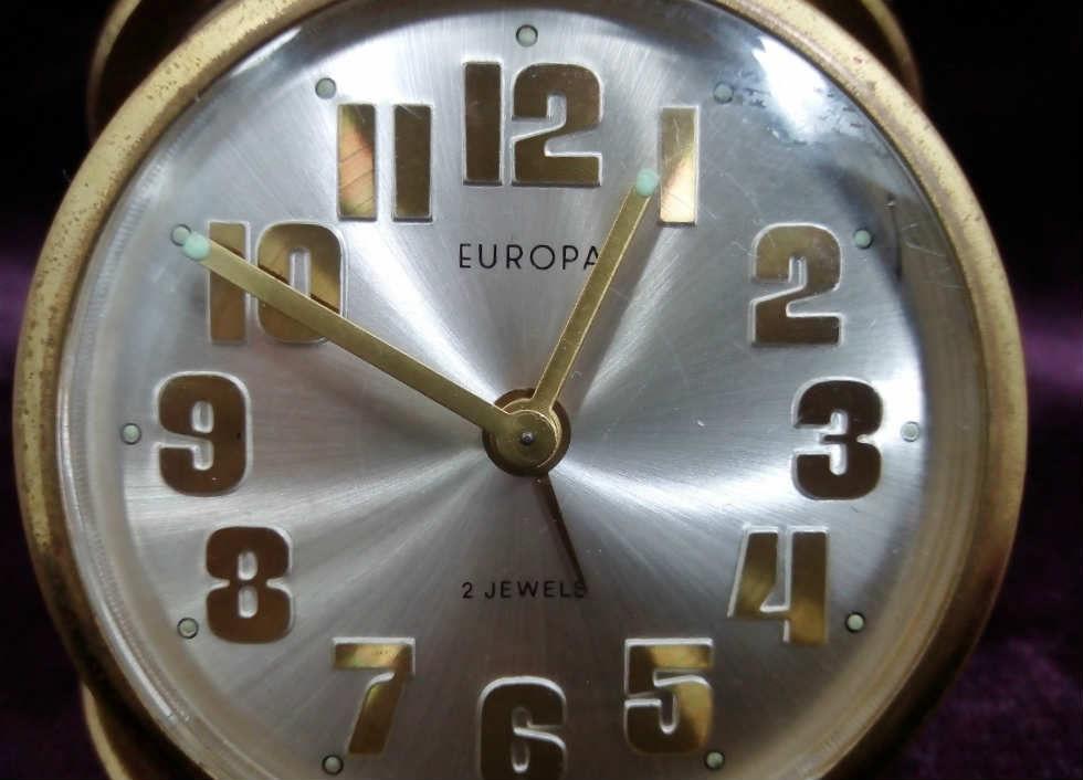 ساعة المانية قديمة تثبت على الطاولة